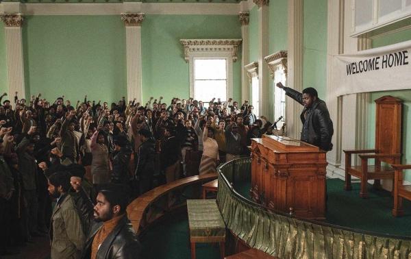 Daniel Kaluuya como Fred Hampton ante una multitud de Panteras Negras