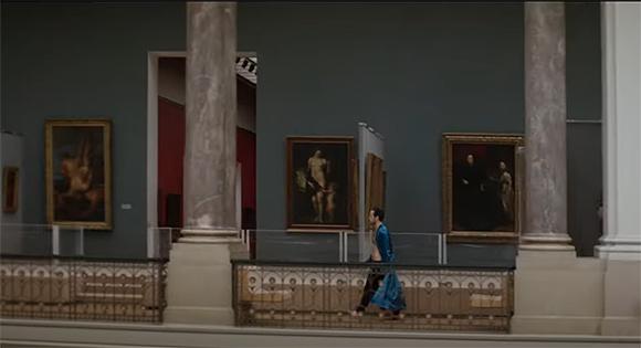 Sam Ali camina por un museo.