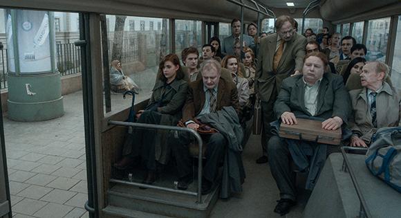 Hombre llorando en el tren