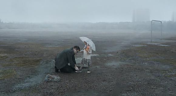 Padre, atar, hija, zapato, en la lluvia