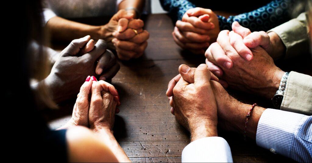 6 formas de orar por quienes no están de acuerdo con nosotros