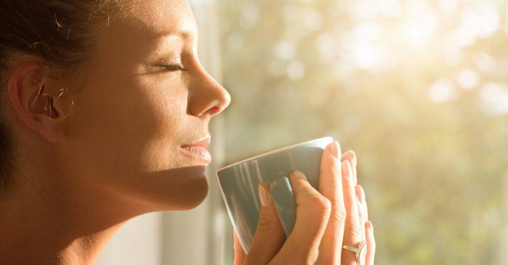 6 maneras en las que comenzar cada mañana con oración mejora todo el día