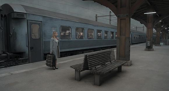 Mujer paciente en la estación de tren