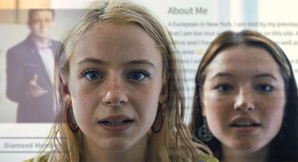 Mujeres jóvenes que buscan un arreglo.