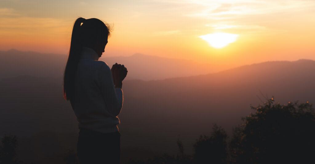 Cómo combatir la ansiedad orando los nombres de Dios