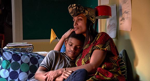 Lonnie Chavis como Gunner y Rosario Dawson como su madre