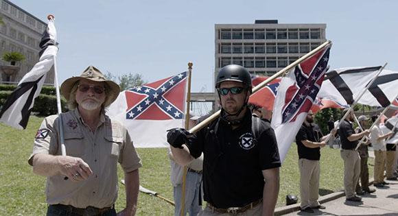 Los supremacistas blancos del sur protestan por la eliminación de las estatuas confederadas.
