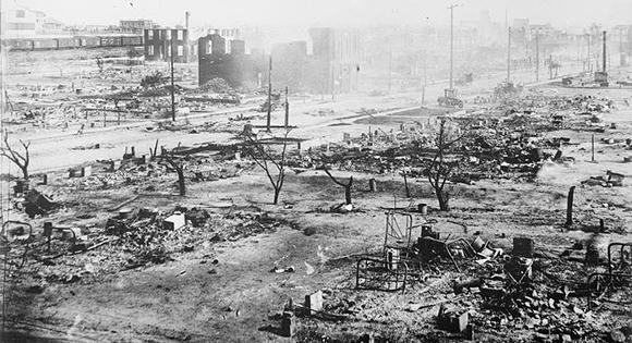 La sección Greenwood de Tulsa después de la masacre racial.