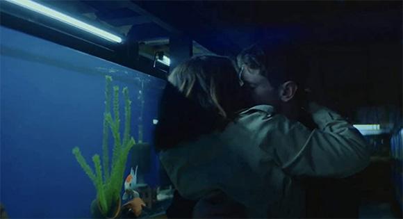 Olivia Cook como Emma y Jack O'Connell como Jude comprando un pescado.