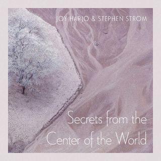 Secretos del centro del mundo: Reflexiones de la poeta Joy Harjo sobre la ciencia y el significado en respuesta a las fotografías de la Tierra de otro mundo de un astrónomo