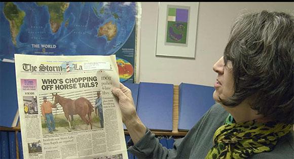 Delores Cullen con una copia de The Storm Lake Times.